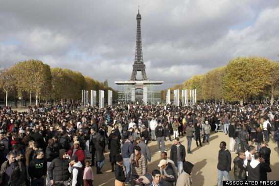 o-EIFFEL-TOWER-CROWD-570