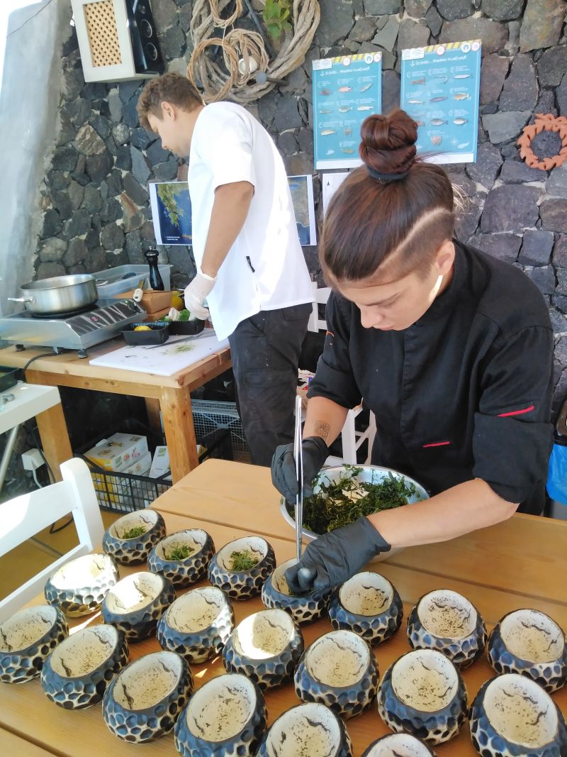 Φάτα πριν μας φάνε Οι σεφ της Σαντορίνης αντιμετωπίζουν τις απειλές του Αιγαίου
